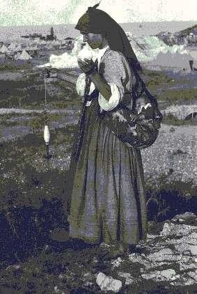 Η Χρυσούλα Μανάρη με ρόκα και στην τρόκνια ο Θεολόγης Μανάρης, τις μέρες του σεισμού του 1932. [φωτογραφία της Μ. Χρουσάκη, αρχείο Κυττάρου]