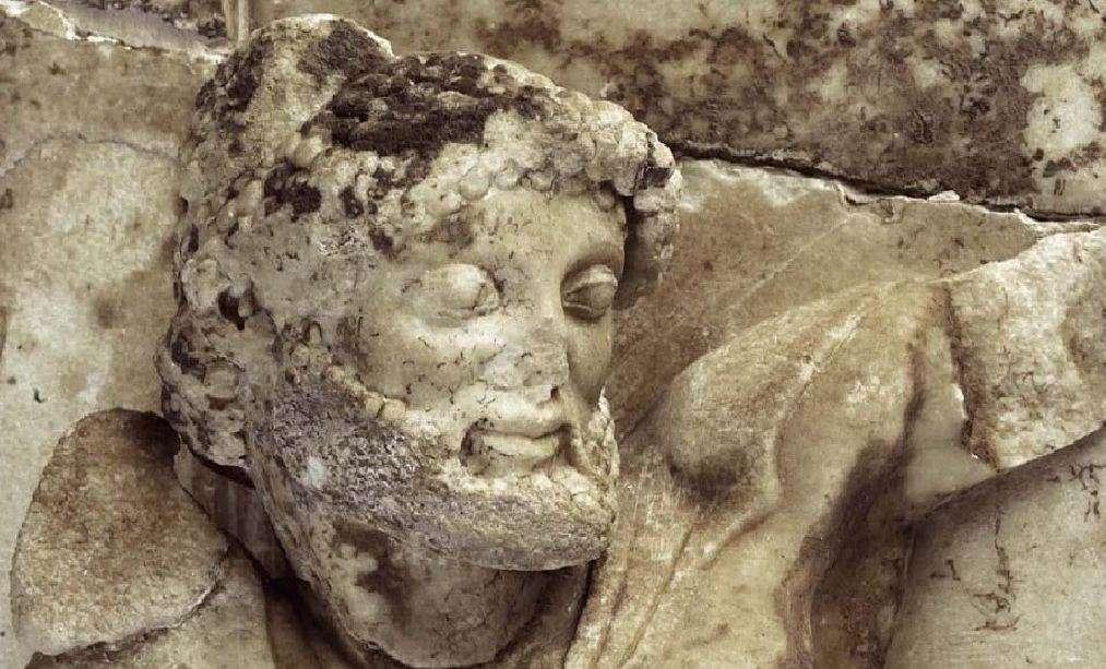Μετόπη της βόρειας πλευράς του θησαυρού των Αθηναίων. Ο Ηρακλής, λεπτομέρεια. Αρχαιολογικό Μουσείο Δελφών. Metopi on the northern side of the treasure of the Athenians. Heracles, detail. Archaeological Museum of Delphi