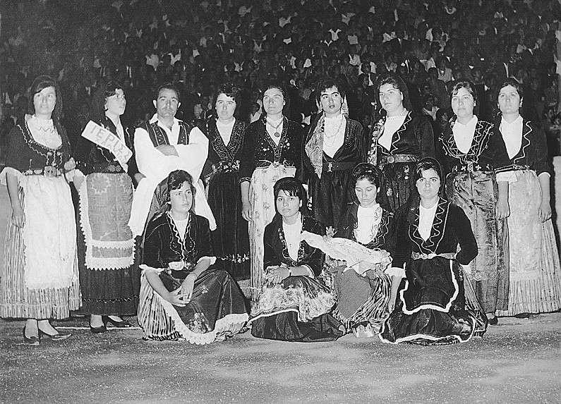 1959, τμήμα του χορευτικού της Ιερισσού. Διακρίνονται: Βεργίνα Συκιώτη, Τούλα Στρούνη, Γιαννούλα Παπαστεργιαννού, Ιωάννης Μαρίνος, Μαίρη Χαλέβα, Φρώσω Μαραγκού, Ειρήνη Μαυρουδή, Μαίρη Καραβασίλη, κ.α.. [αρχείο Κυττάρου]