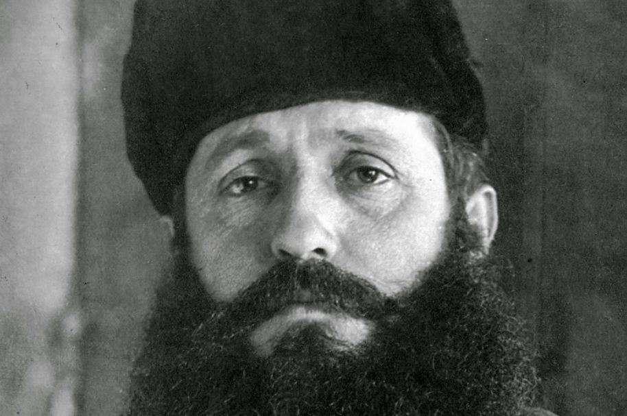 Ο Θανάσης Κλάρας (Λαμία, 27 Αυγούστου 1905 – Μεσούντα, 15 Ιουνίου 1945), γνωστός ως Άρης Βελουχιώτης
