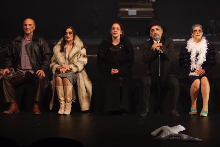 ΑΝΤΟΝ ΤΣΕΧΟΦ Ο ΓΛΑΡΟΣ Απόδοση, Σκηνοθεσία: Γιάννης Χουβαρδάς. Φωτογραφίες από την παράσταση. (7.11.2017) Πηγή: www.lifo.gr