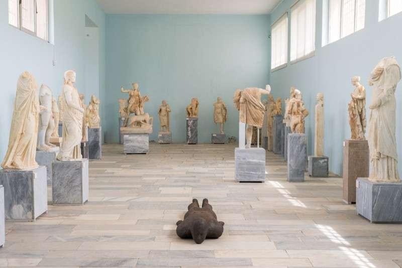 Antony Gormley, Shift II, 2000. Installation view, SIGHT, στον αρχαιολογικό χώρο της Δήλου, 2019. Φωτογραφία © Oak Taylor Smith | Courtesy ΝΕΟΝ, Εφορεία Αρχαιοτήτων Κυκλάδων και o καλλιτέχνης.
