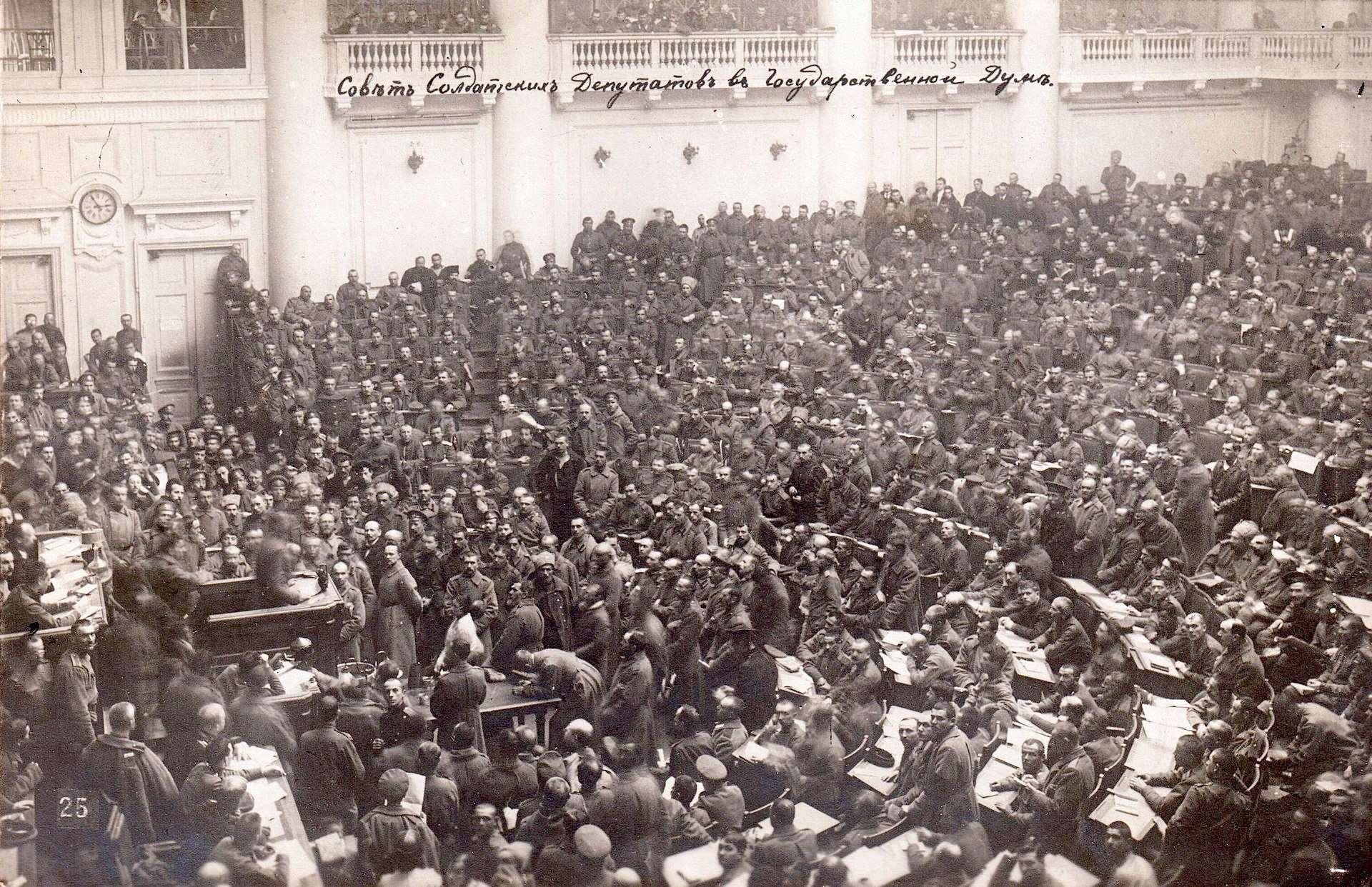 Το Σοβιέτ της Αγίας Πετρούπολης συνεδριάζει, φωτογραφία του 1917.