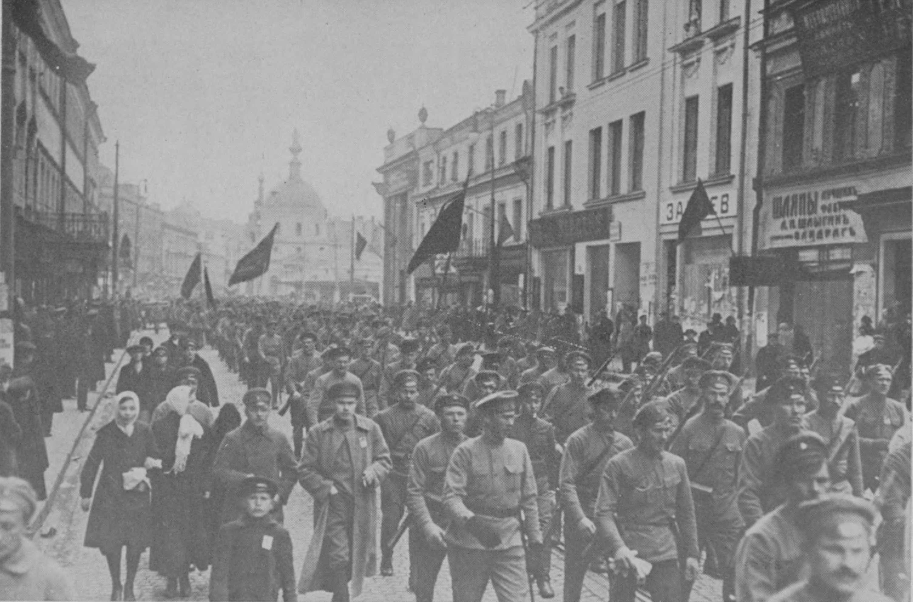 Mπολσεβίκoi κόκκινοι φρουροί σε πορεία διαμαρτυρίας το 1917 για την επιστράτευση 11 εκατομμυρίων χωρικών στα πλαίσια του Α΄ Παγκοσμίου Πολέμου.