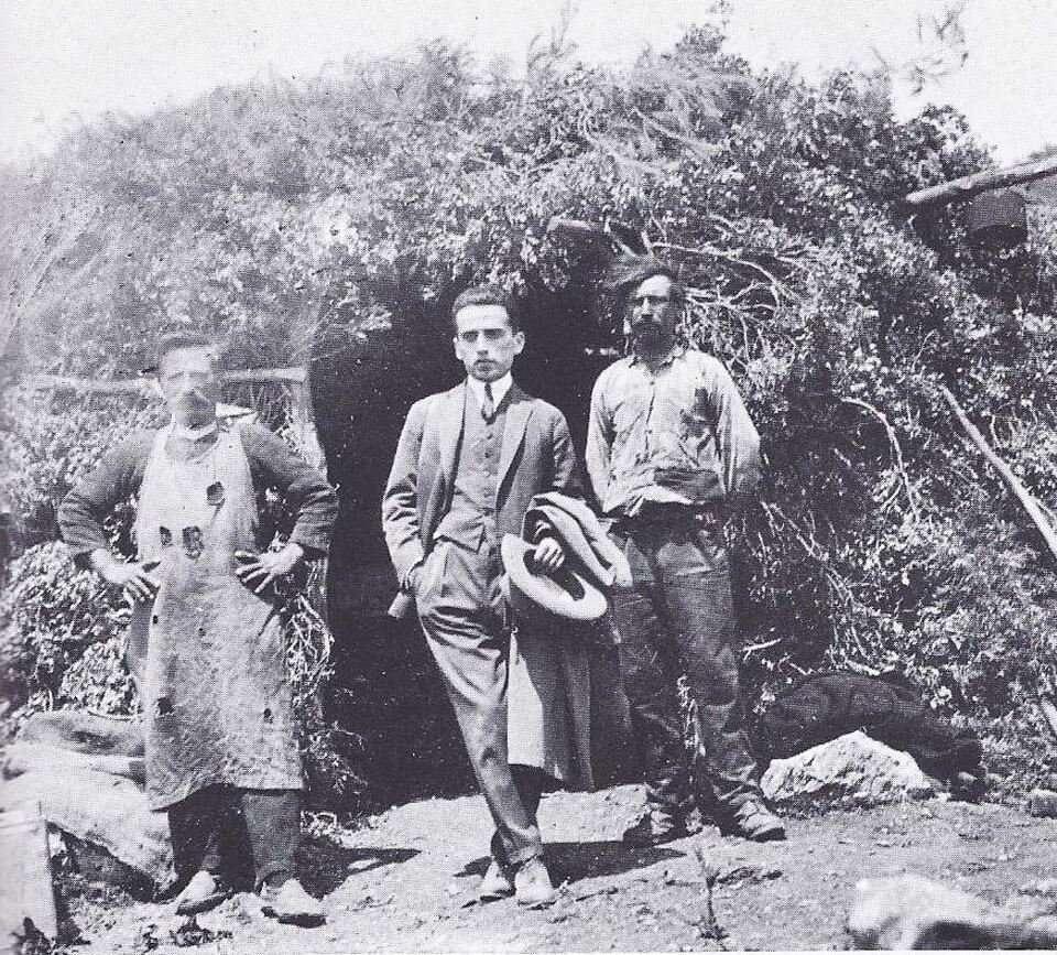 Ο Κώστας Καρυωτάκης (στο κέντρο)