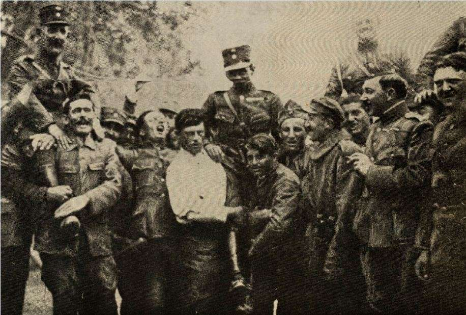 Μετά τη συντριβή των Τούρκων στο Τσεντίς Χαν από το 2ο Σύνταγμα Πεζικού και το 5/42 Τάγμα Ευζώνων (συνταγματάρχης Νικόλαος Πλαστήρας) Έλληνες στρατιώτες σηκώνουν στα χέρια τους διοικητές των Συνταγμάτων τους, το πρωί της 15ης Οκτωβρίου 1920.