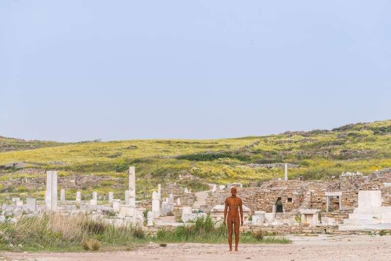 Antony Gormley, Another Time V, 2007. Installation view, SIGHT, στον αρχαιολογικό χώρο της Δήλου, 2019. Φωτογραφία © Oak Taylor Smith | Courtesy ΝΕΟΝ, Εφορεία Αρχαιοτήτων Κυκλάδων και o καλλιτέχνης.