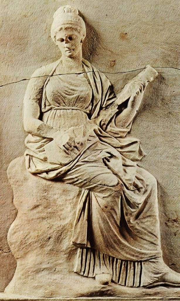 """Μούσα στη μαρμάρινη βάση της Μαντινείας που παίζει ένα είδος λαγούτου (ίσως «πανδούρα» ή «τρίχοδο»). Πρώτο μισό του 4ου αιώνα π.Χ. Εθνικό Αρχαιολογικό Μουσείο. Αθήνα. Muse on the marble base of Mantineia that plays a kind of hare (perhaps """"pandora"""" or """"trihodo""""). First half of the 4th century BC National Archaeological Museum. Athena."""