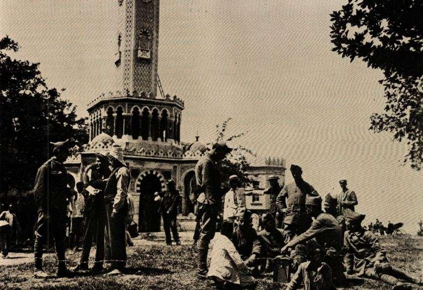 Έλληνες στρατιώτες και πολίτες μπροστά στο μεγάλο ρολόι της Σμύρνης το καλοκαίρι του 1920.