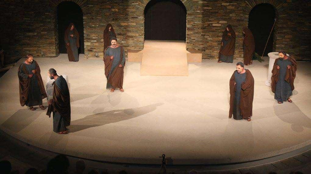 Φωτογραφίες από την παράσταση «Οιδίπους τύραννος» από τη Λαϊκή σκηνή Άνδρου