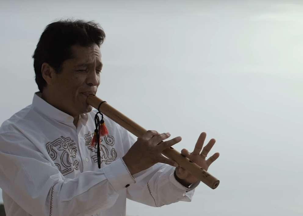 Ινδιάνοι και Κρητικοί, τραγουδούν μαζί το ριζίτικο «Σε Ψηλό Βουνό»