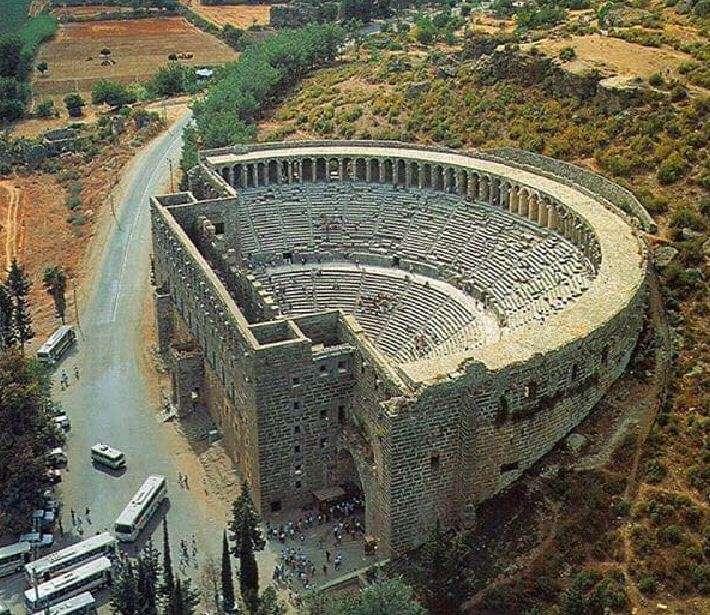 Η Άσπενδος ήταν αρχαία ελληνική πόλη στη περιοχή της Παμφυλίας στη Μικρά Ασία περίπου 40 χλμ. ανατολικά από τη σημερινή παραθαλάσσια πόλη Αττάλεια της Τουρκίας. Το αρχαίο θέατρο της Ασπένδου θεωρείται ένα από τα καλλίτερα διατηρημένα αρχαία ελληνικά θέατρα στο κόσμο. Έχει διάμετρο 96 μ. και χωρητικότητα καθισμάτων 7.000 θεατών. Κτίσθηκε από τον Έλληνα αρχιτέκτονα Ζήνωνα το 155 (μ.Χ.) στην ελληνιστική περίοδο.