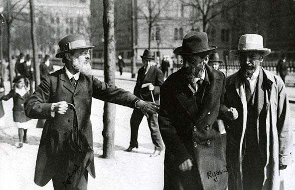 Ηγέτες των Μενσεβίκων στην συνοικία Νόρα Μπάντοργκετ της Στοκχόλμης τον Μάιο του 1917: ο Πάβελ Άξελροντ, ο Γιούλι Μάρτοφ και ο Αλεξάντρ Μαρτίνοφ.