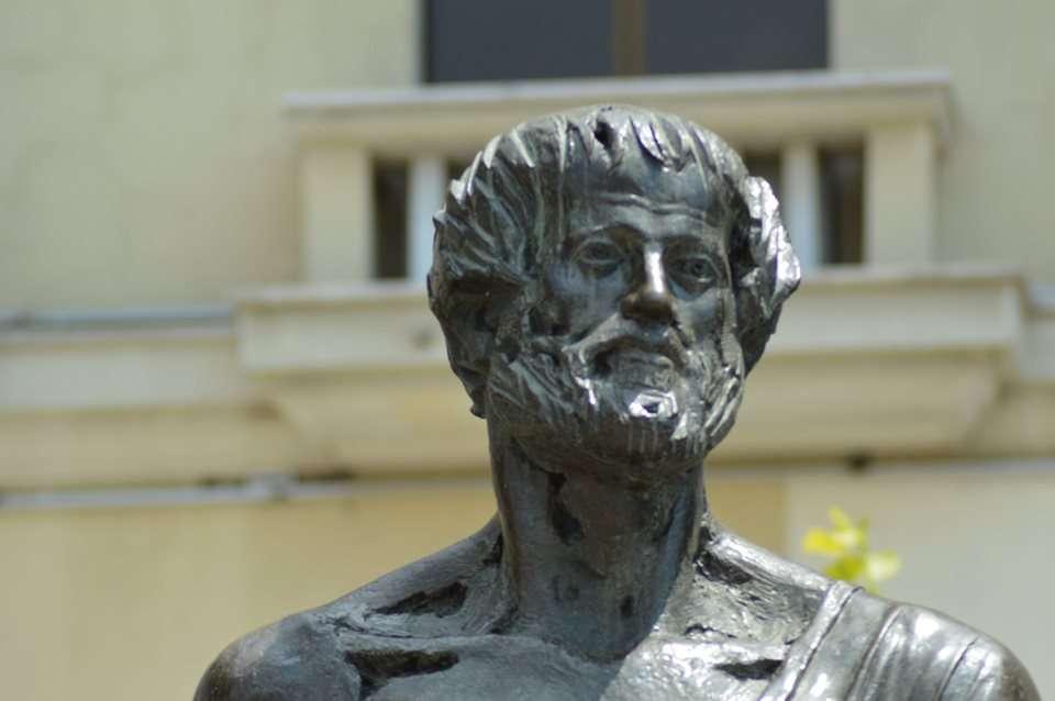 Ο Αριστοτέλης (384 π.Χ. - 322 π.Χ.) ήταν αρχαίος Έλληνας φιλόσοφος και επιστήμονας που γεννήθηκε στα Στάγειρα της Χαλκιδικής. Άγαλμα στη φερώνυμη πλατεία της Θεσσαλονίκης.