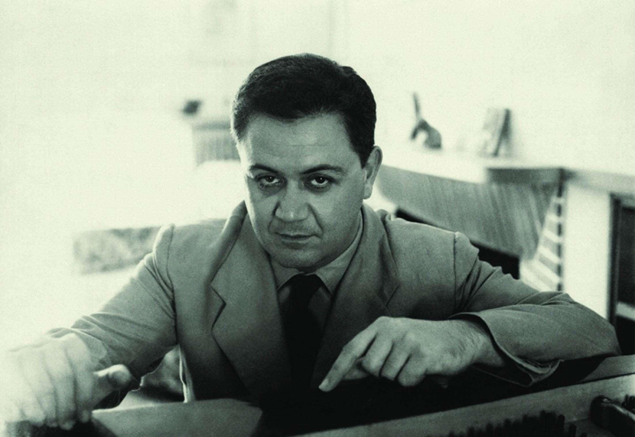 Ο Μάνος (Εμμανουήλ) Χατζιδάκις (Ξάνθη, 23 Οκτωβρίου 1925 – Αθήνα, 15 Ιουνίου 1994) ήταν κορυφαίος Έλληνας συνθέτης και ποιητής. Είναι Βραβευμένος με Βραβείο Όσκαρ.