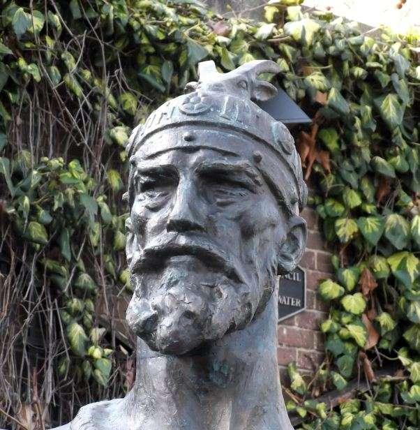 Ο Γεώργιος Καστριώτης, ένας ικανότατος στρατηγός και ηγεμόνας, που δίκαια, όπως θα δούμε, ονομάστηκε στα τούρκικα «Σκεντέρμπεης» (Iskander στα τουρκικά σημαίνει Αλέξανδρος). Άγαλμα στο Λονδίνο.