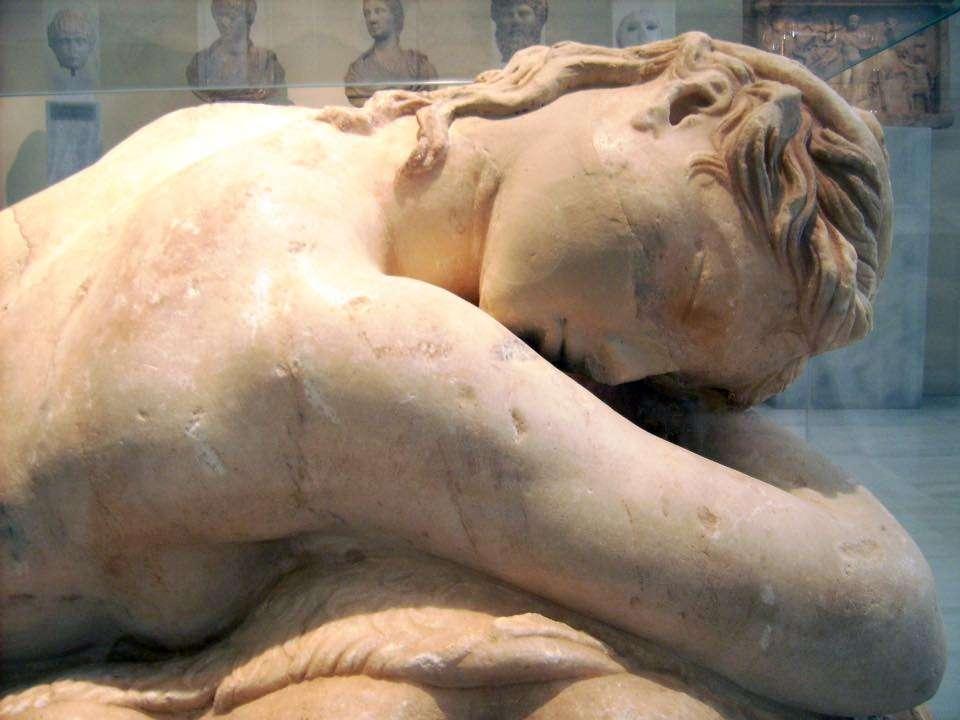 Μαρμάρινο άγαλμα κοιμώμενης Mαινάδας από την Αθήνα. Εποχής Αδριανού (117-138 μ.Χ.) Εθνικό Αρχαιολογικό Μουσείο Αθηνών.