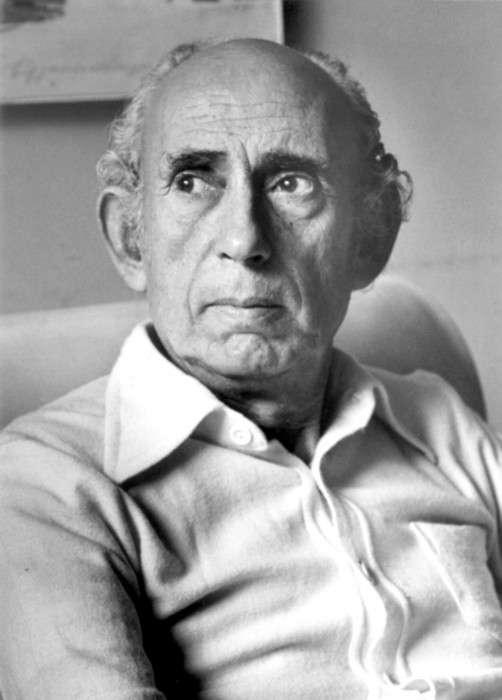 Κώστας Γραμματόπουλος γεννήθηκε στην Αθήνα το 1916 και καταγόταν από την Κωνσταντινούπολη. Σπούδασε στην Ανωτάτη Σχολή Καλών Τεχνών κατά τα έτη 1934-1940, έχοντας καθηγητή ζωγραφικής τον Ουμβέρτο Αργυρό και χαρακτικής τον Γιάννη Κεφαλληνό.