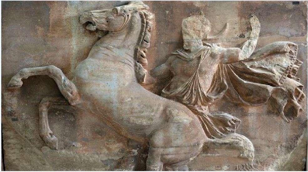 Δυτική ζωφόρος, μπλοκ VIII. Ένας αναβάτης προσπαθεί να συγκρατήσει το απείθαρχο άλογό του, τραβώντας τα χαμένα έως σήμερα ηνία, 5ος αι. π.Χ. Μουσείο της Ακροπόλεως, Αθήνα.
