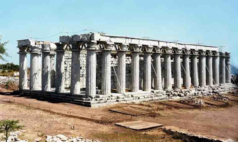 Ναός Απόλλωνος Επικουρίου Βασσών Φιγαλείας. Η ανέγερσή του τοποθετείται στο 420-400 π.Χ. και αρχιτέκτονάς του θεωρείται ο Ικτίνος, Ο Παυσανίας, μάλιστα, τον θεωρεί το δεύτερο μετά της Τεγέας πελοποννησιακό ναό σε κάλλος και αρμονία (8.41.8).