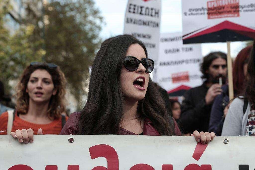 Χτες, για δεύτερη φορά τα συνδικάτα των εκπαιδευτικών όλων των βαθμίδων πορεύτηκαν στο Σύνταγμα διαμαρτυρόμενα που η κυβέρνηση εξισώνει με νόμο τα πτυχία των ξένων κολλεγίων με εκείνα των ελληνικών ΑΕΙ και ΤΕΙ όταν γίνονται προσλήψεις στο δημόσιο.