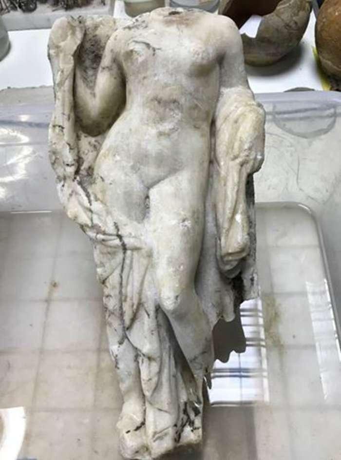 Κάτω από τα θεμέλια στη νότια είσοδο των έργων του μετρό στην Αγίας Σοφίας αναδύθηκε...η θεά Αφροδίτη ή αλλιώς το αγαλμάτιο της Αφροδίτης.