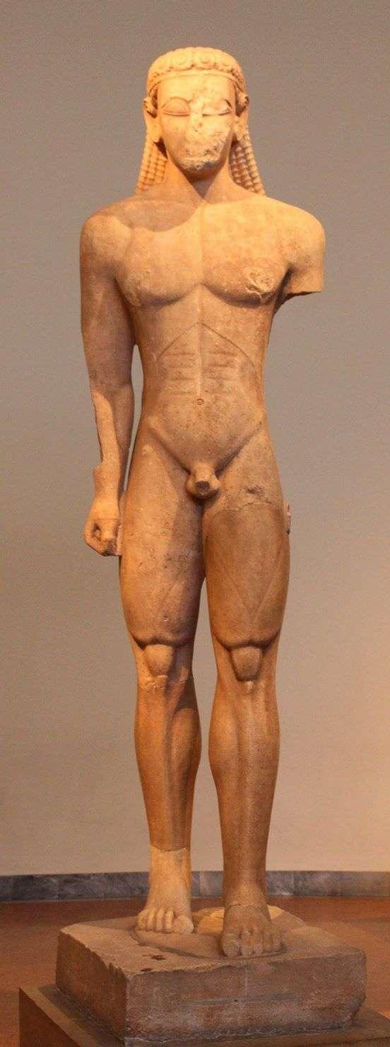 Ο ΚΟΥΡΟΣ ΤΟΥ ΣΟΥΝΙΟΥ Ένα από τα πρωιμότερα αγάλματα της ελληνικής γλυπτικής, ο Κούρος αυτός, ο υψηλότερος που έχει βρεθεί (3μ.), ήταν καμωμένος από Ναξιακό μάρμαρο και αφιερωμένος στον Ποσειδώνα, στον ναό του στο Σούνιο. Περ. 600 π.Χ. Αθήνα, Εθνικό Αρχαιολογικό Μουσείο, Συλλογή Γλυπτών. THE SOUNION KOUROS