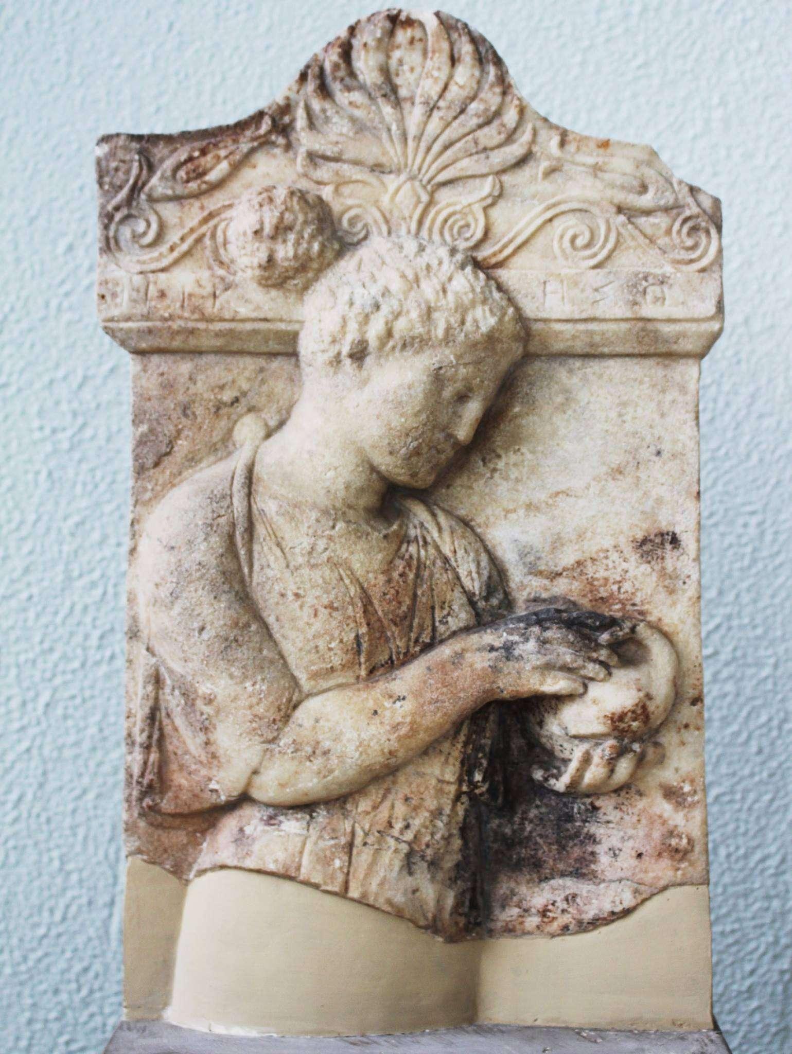 ΝΙΚΗΣΩ Επιτύμβια στήλη νέας γυναίκας που κρατάει με τα δυό χέρια της ένα πουλάκι. Το ονομά της Νικησώ. 425-410 π.Χ. Αρχαιολογικό Μουσείο Πειραιώς NIKESO Grave stele of a young woman holding a bird in her hands. Her name is Nikeso. 425-410 BC.