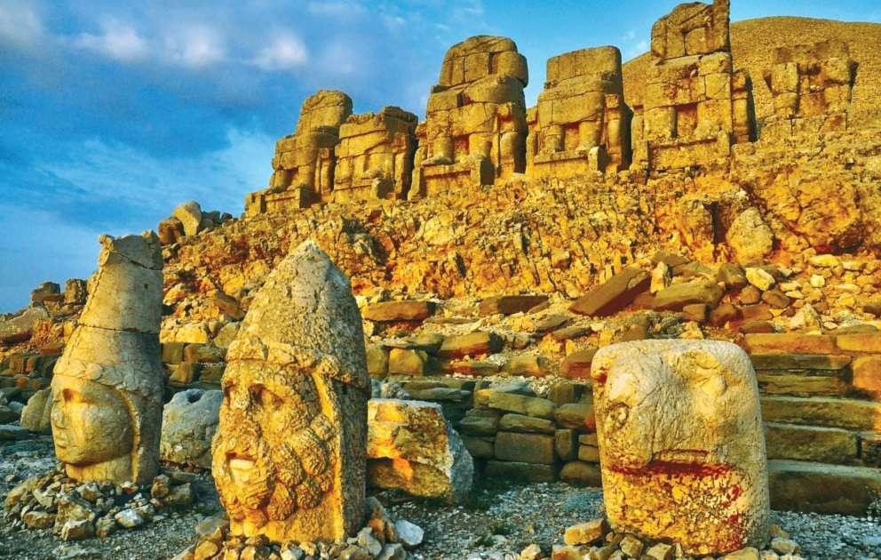 Ερείπια του Μαυσωλείου της Κομμαγηνής στο όρος Νεμρώδ (63-34 π.Χ.)