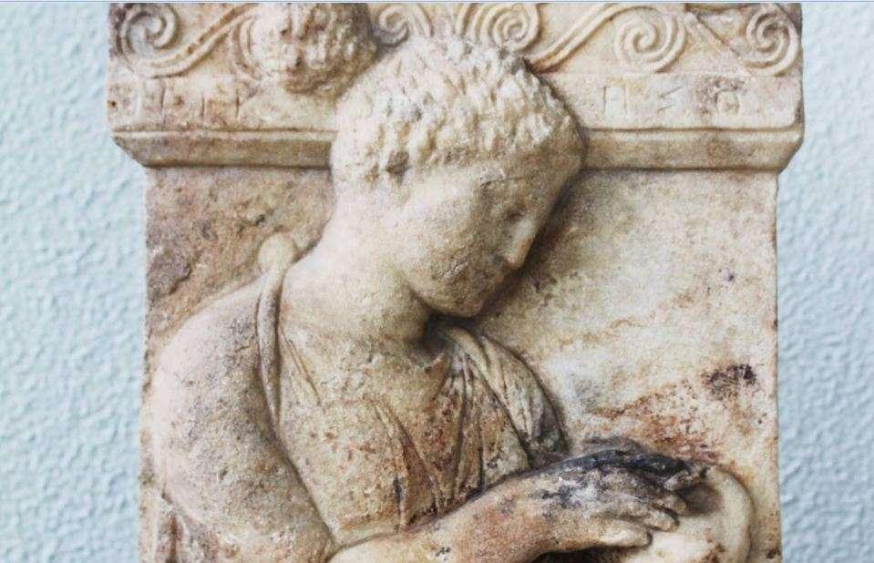 ΝΙΚΗΣΩ. Επιτύμβια στήλη νέας γυναίκας που κρατάει με τα δυό χέρια της ένα πουλάκι. Το ονομά της Νικησώ. 425-410 π.Χ. Αρχαιολογικό Μουσείο Πειραιώς. NIKESO. Grave stele of a young woman holding a bird in her hands. Her name is Nikeso. 425-410 BC.