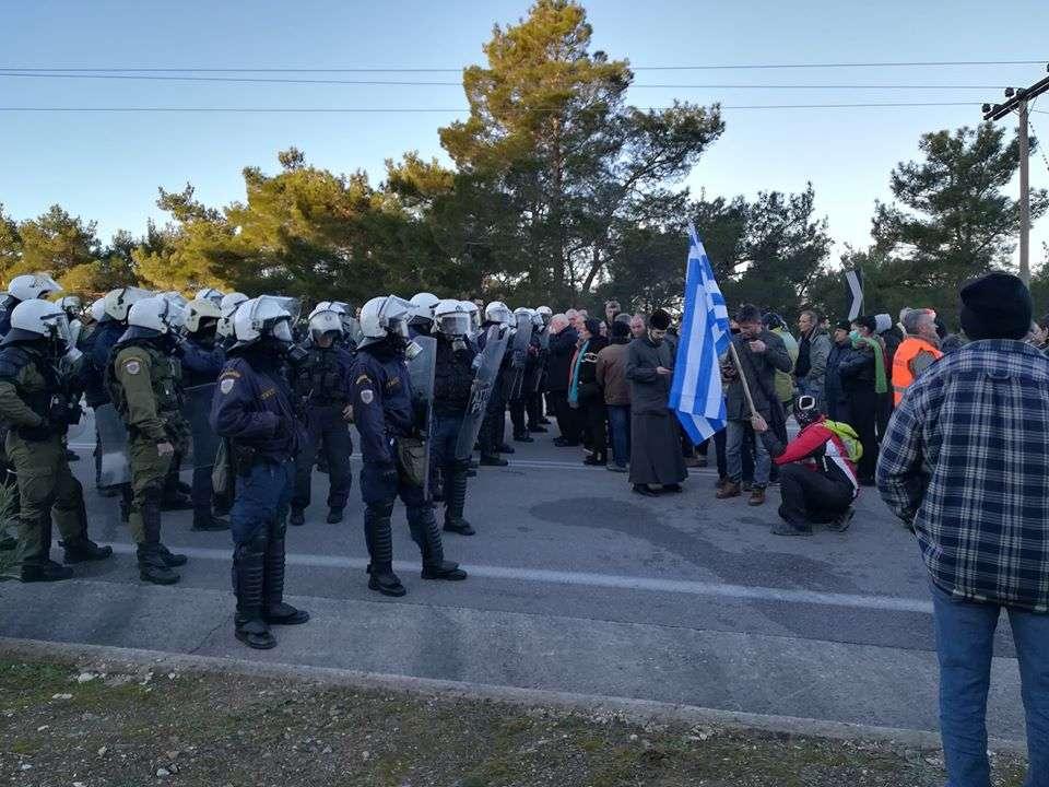 Το μεγαλύτερο έγκλημα των κυβερνήσεων είναι που υπέκυψαν στις απαιτήσεις των Ευρωπαίων να χειρίζονται τους πρόσφυγες, τα στρατόπεδα και τα χρήματα οι ΜΚΟ, σαν κράτος εν κράτει. Εξαφανίζοντας έτσι ουσιαστικά την ελληνική κυριαρχία από τα ακριτικά νησιά.