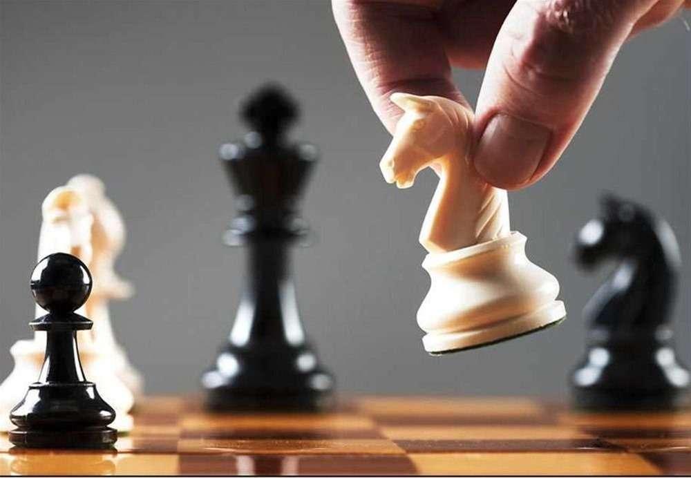 Η ανάγκη μιας στρατηγικής που θα συνδέει την ανάπτυξη με την άμυνα, επιβάλλεται από τις παρούσες περιστάσεις και ιδιαιτέρως από την πειρατική και ανεξέλεγκτη επιθετικότητα της γείτονος Τουρκίας, κράτους στρατοκρατικού από γεννήσεώς του, η ιδία υπόσταση και συνεκτική δομή του οποίου είναι κύρια ο στρατός και κατά δεύτερο λόγο η οικονομία ή οι εθνικοί ή άλλοι θεσμοί.