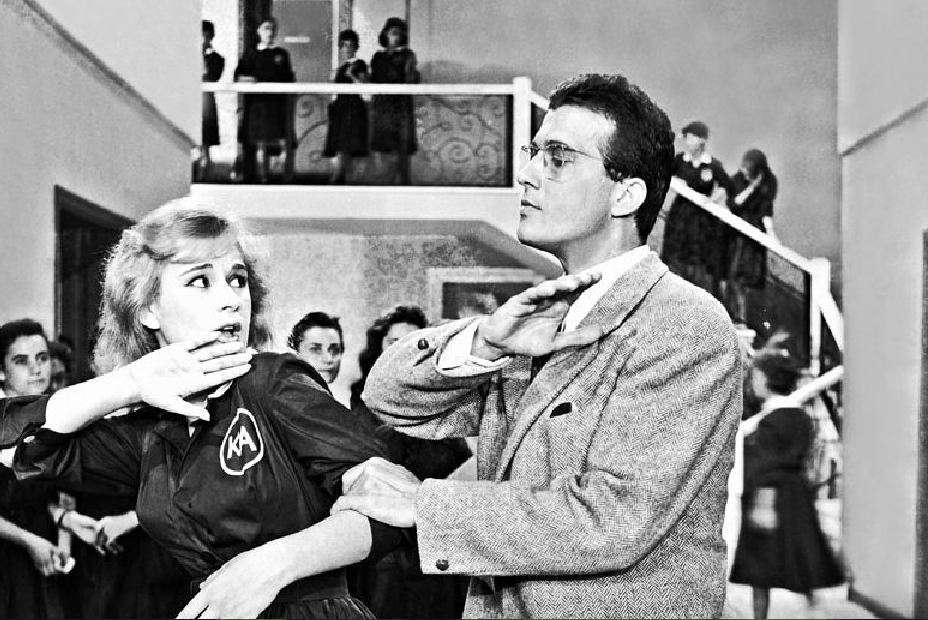 """Μια από τις κλασικές ταινίες του καλλιτεχνικού ζευγαριού Βουγιουκλάκη-Παπαμιχαήλ ήταν το """"Ξύλο βγήκε απ' τον παράδεισο"""" σε σενάριο και σκηνοθεσία του Αλέκου Σακελλάριου, που έκανε πρεμιέρα στις αίθουσες στις 16 Νοεμβρίου 1959."""