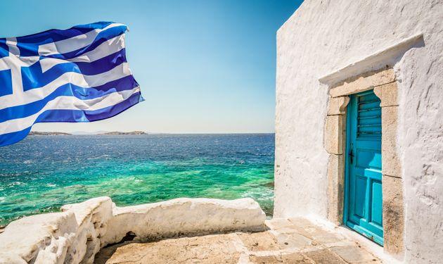 Γενικότερα, οι οικονομικές συνέπειες θα είναι μεγαλύτερες για χώρες και οικονομίες που στηρίζονται προνομιακά στις υπηρεσίες. Υπενθυμίζουμε σχετικά πως, το 2018, οι «εξαγωγές» υπηρεσιών της Ελλάδας (43.034 εκ. δολ.) ξεπερνούσαν τις εξαγωγές εμπορευμάτων (39.478 εκ. δολ.)!