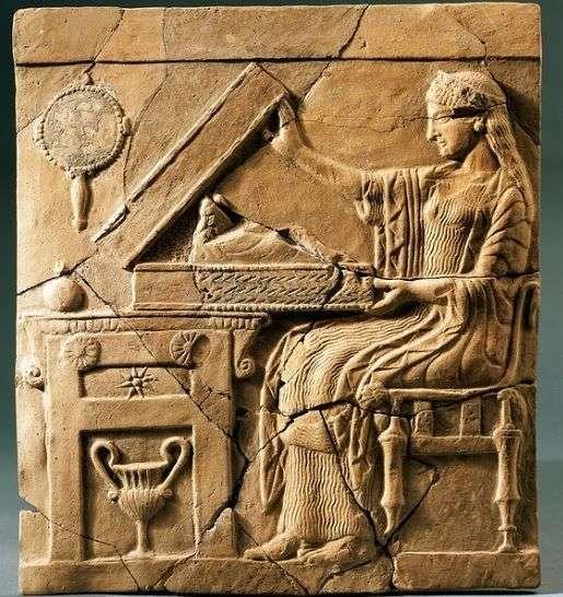 Η Περσεφόνη. 5ος αιώνας π.Χ. Pinax with Persephone opening the Mystic Basket – terracotta, 5th century BCE, from Sanctuary of Persephone.