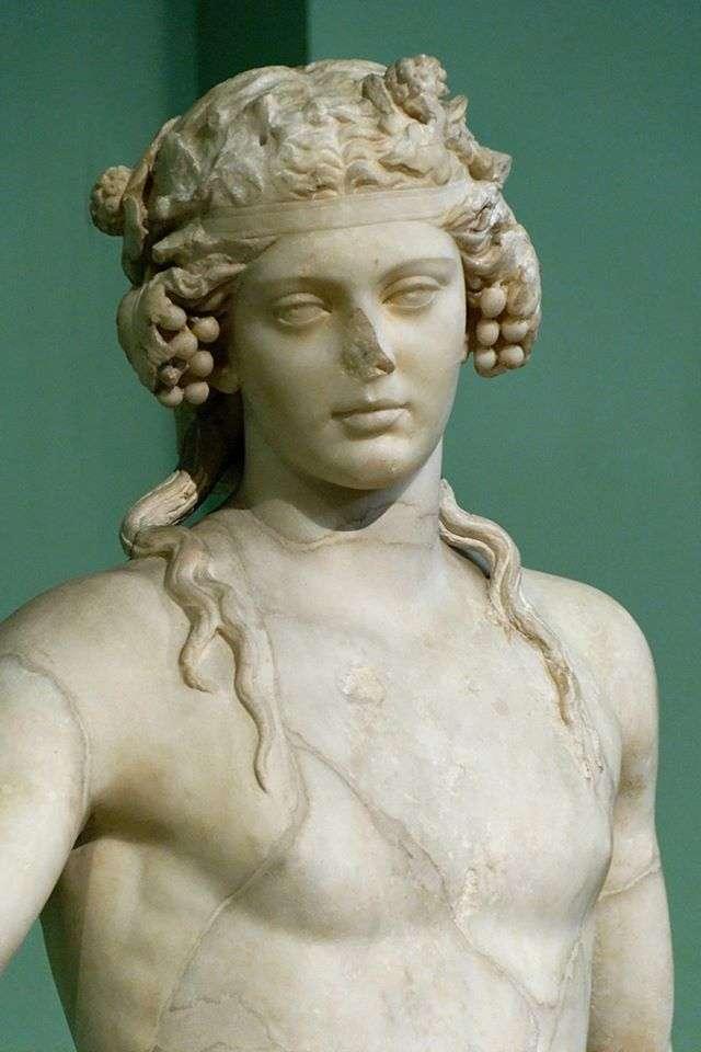 Διόνυσος. Γλυπτό του πεντελικού μαρμάρου από άγνωστο ρωμαίο καλλιτέχνη, αντίγραφο από μια σειρά από χαμένα ελληνιστικά πρωτότυπα. Βρέθηκε στο Horti Liciniani, Ρώμη. Μουσείο Καπιτωλίνα.