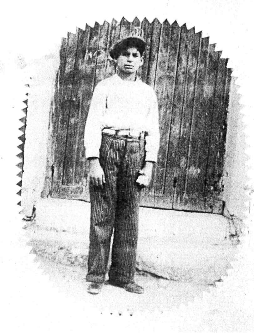 Ο Μιχάλης Γενίτσαρης όταν μάθαινε μπαγλαμά στο χοροδιδασκαλείο του Μπάτη (1927).