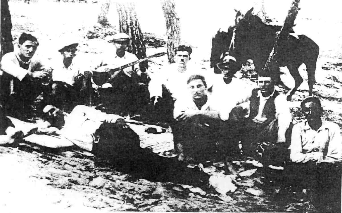 Μιχάλης Γενίτσαρης. Εκδρομή στον Σκαραμαγκά με συγγενείς και φίλους «Εγώ με το μπουζούκι στα χέρια. Τότε ήμουν 15 ετών».