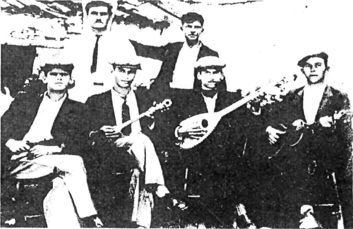 Ο Μιχάλης Γενίτσαρης (δεύτερος από δεξιά με το μπουζούκι) στα Μεσόγεια (1937).
