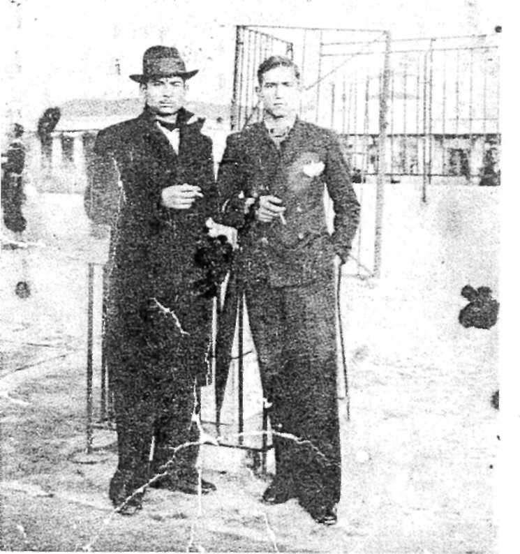 Ο Μιχάλης Γενίτσαρης στον Βόλο μ' ένα φίλο – τ' όνομα του Ζάχαρης - όταν πήρε τα λεφτά από τον πρώτο του δίσκο «Εγώ μάγκας φαινόμουνα» (1938).