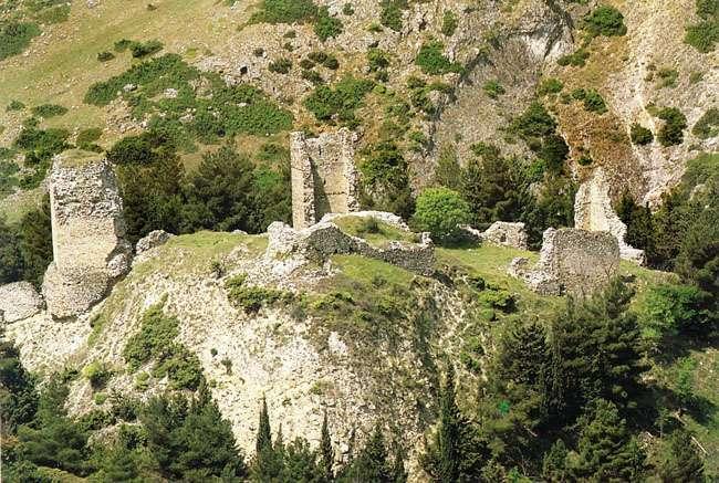 Το 1341 τα Σέρβια καταλαμβάνονται από το Σέρβο Κράλη Στέφανο Δουσάν, ενώ το 1350 ανακαταλαμβάνονται από τον Ιωάννη Στ' Καντακουζηνό, για να αλωθούν από τα στρατεύματα του Σουλτάνου Βαγιαζήτ Α΄ το 1393.