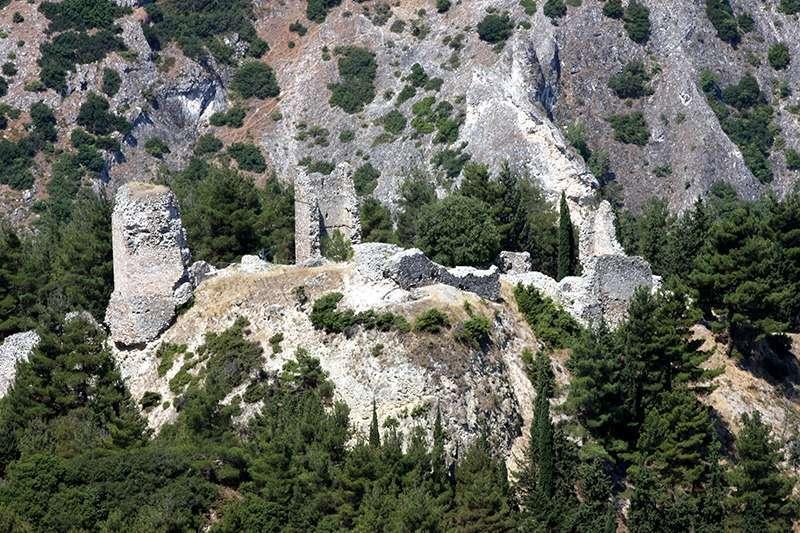 Το «Κάστρο» των Σερβίων διαιρείται σε τριπλό τείχος, σε τρία αντίστοιχα μέρη: την κάτω πόλη, την άνω πόλη και την ακρόπολη. Σε λόφο ανατολικά της ακρόπολης, εντοπίστηκε το νεκροταφείο της πόλης. Ο διαχωρισμός του εσωτερικού της πόλης σε οχυρωμένα τμήματα, εξυπηρετούσε στρατηγικούς και αμυντικούς σκοπούς