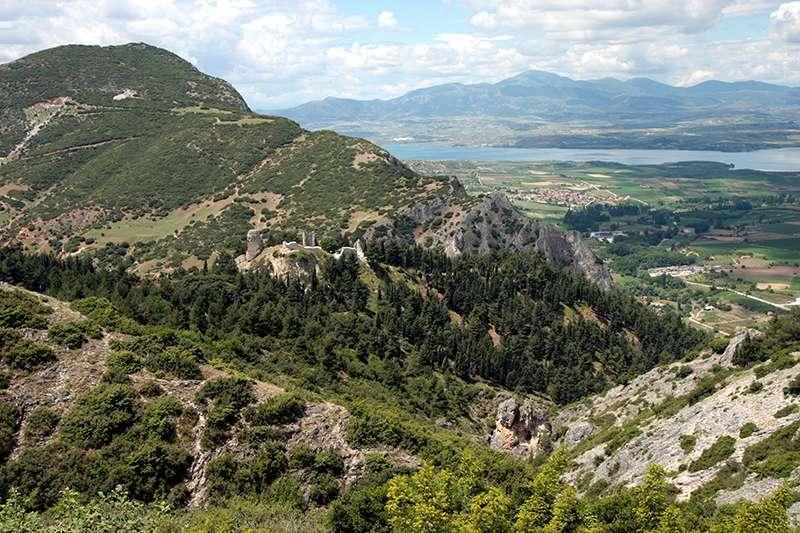 Το βυζαντινό «Κάστρο» των Σερβίων, βρίσκεται στις δυτικές απολήξεις των Πιερίων. Είναι χτισμένο σε οχυρή θέση, στον ανατολικό από τους δύο δίδυμους λόφους, οι οποίοι υψώνονται πάνω από τη σύγχρονη πόλη, αφήνοντας ένα μικρό άνοιγμα για το χείμαρρο που περνά ανάμεσα τους.