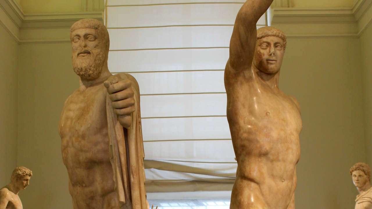 Στην Αθήνα λ.χ. του τέλους του 6ου αιώνα και των αρχών του 5ου, οι δημοκράτες τραγουδούσαν τα λεγόμενα «σκόλια» (συμποσιακά τραγούδια), για να τιμήσουν τον Αρμόδιο και τον Αριστογείτονα, που «τον τύραννο (Ίππαρχο) εσκότωσαν / κι έφεραν την ισονομία στην Αθήνα» («τον τύραννον κτανέτην / ισονομίαν τα' Αθήνας εποιησάτην»)