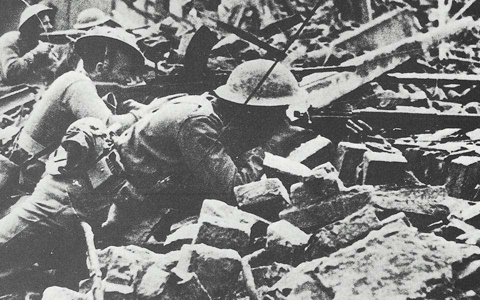 Σεπτέμβριος 1944. Ανδρες της ΙΙΙ Ελληνικής Ορεινής Ταξιαρχίας μάχονται στους δρόμους του κατεστραμμένου Ρίμινι. Η πόλη παραδόθηκε άνευ όρων στις 21 του μηνός στο ΙΙ Τάγμα Πεζικού. Οι συνολικές απώλειες για τις ελληνικές δυνάμεις ανήλθαν σε 116 νεκρούς και 316 τραυματίες.