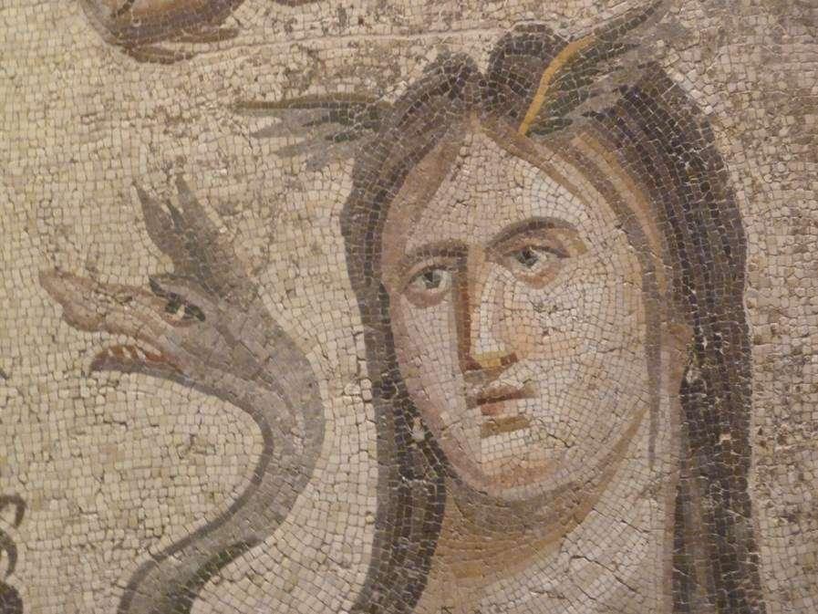 Μωσαϊκό δάπεδο (1ος – 2ος αι. μ.Χ.) διακοσμητικής δεξαμενής χαμηλού βάθους που κοσμούσε την επονομαζόμενη Έπαυλη του Ωκεανού στην ήδη βυθισμένη σε τεχνητή λίμνη του Άνω Ευφράτη αρχαία πόλη του Ζεύγματος στη ΝΑ Τουρκία.