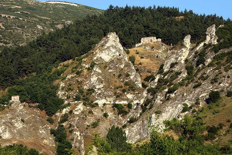 Το βυζαντινό «Κάστρο» των Σερβίων, βρίσκεται στις δυτικές απολήξεις των Πιερίων.