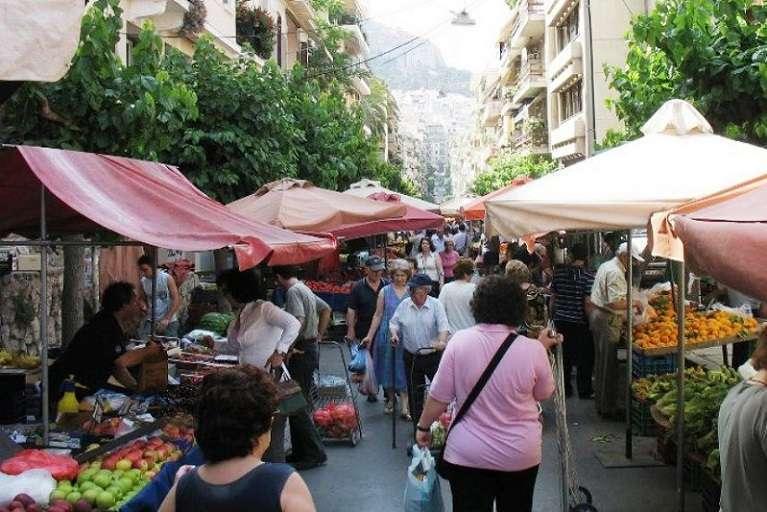 Με τον παρασιτισμό που έχει παρασύρει την ελληνική κοινωνία, όλα αυτά θεωρούνται αυτονόητα. Γιατί, ως γνωστόν, η ντομάτα φυτρώνει στον πάγκο της λαϊκής, του μανάβη ή του σούπερ μάρκετ, «οικονομία» είναι μόνο οι καφετέριες και οι ταβέρνες, πραγματικότητα είναι μόνο ο αφαλός μας.