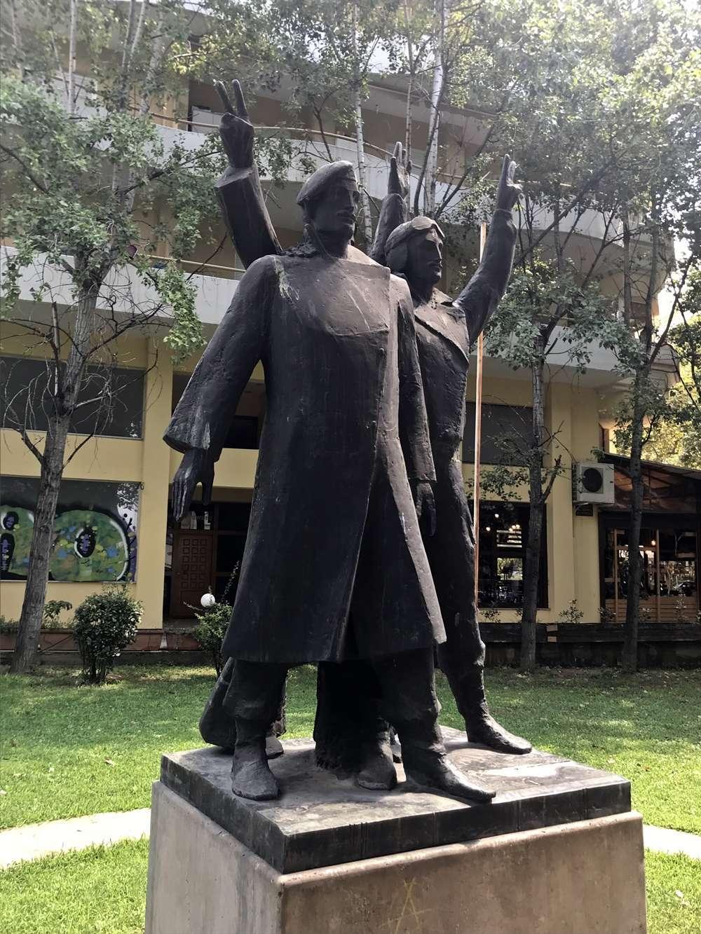 Δίπλα στο νέο δημαρχιακό μέγαρο της Θεσσαλονίκης και στο πανέμορφο κτίριο του Σώματος Ελλήνων Προσκόπων, στο μικρό παρκάκι, μπορεί κανείς ανάμεσα στους θάμνους και τα παγκάκια να βρει το μνημείο των Ιερολοχιτών – Ριμινιτών.