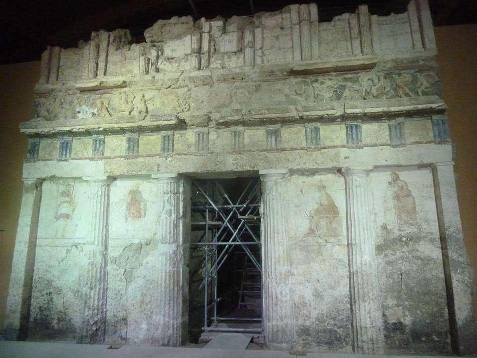 Ο τάφος της Κρίσεως. Διθάλαμος με καμαρωτή στέγη, πρόσοψη που δίνει την εντύπωση διώροφου κτηρίου και με αέτωμα που τώρα έχει αφαιρεθεί και είναι σε φάση συντήρησης με προοπτική σύντομα να τοποθετηθεί στην οικεία επί της κορυφής του μνημείου θέση.